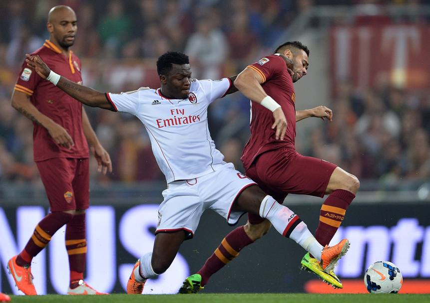 Muntari in tackle su Castan. Afp